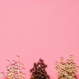 Marco plano laico con cereales sobre fondo rosa