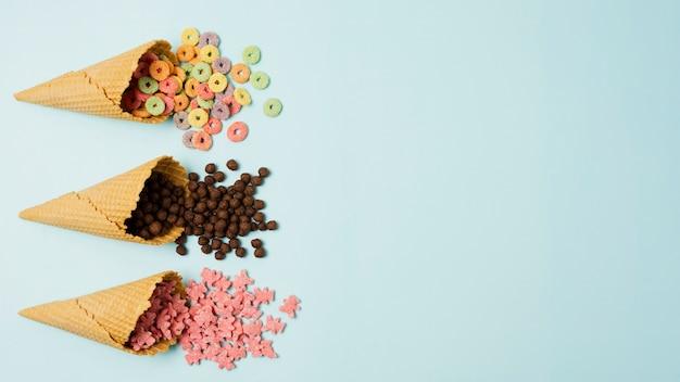 Marco plano laico con conos de helado y cereales