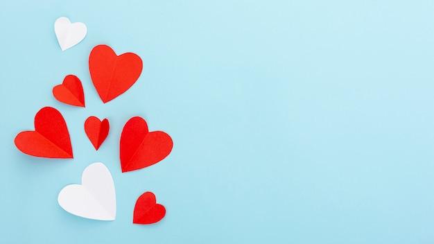 Marco plano laico con corazones y espacio de copia