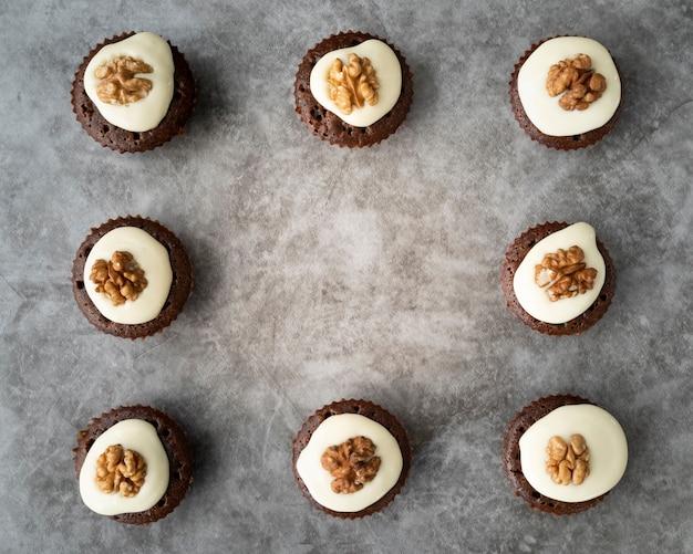 Marco plano laico con cupcakes y espacio de copia
