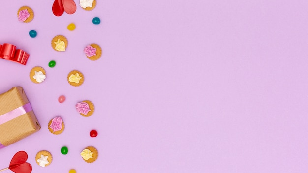 Marco plano laico con dulces y espacio de copia