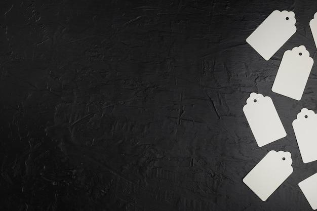 Marco plano laico con etiquetas de precios y fondo negro