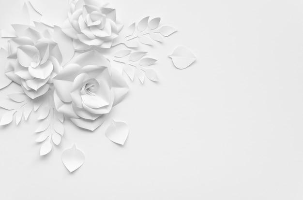 Marco plano laico con flores blancas y fondo