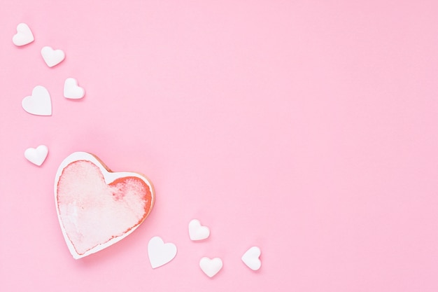 Marco plano laico con forma de corazón rosa y espacio de copia