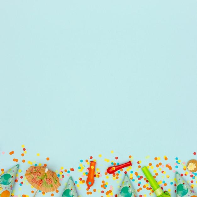 Marco plano laico con globos desinflados y sopladores