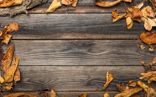 Marco plano laico con hojas secas y espacio de copia