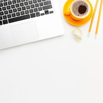 Marco plano laico con laptop y café