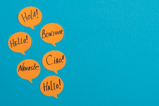 Marco plano laico con notas adhesivas naranjas