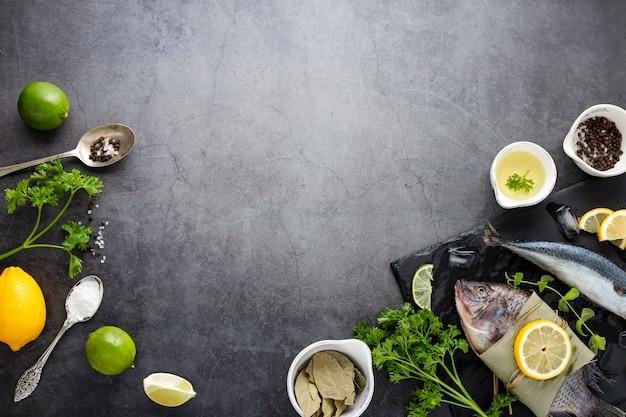Marco plano laico con pescado y verduras
