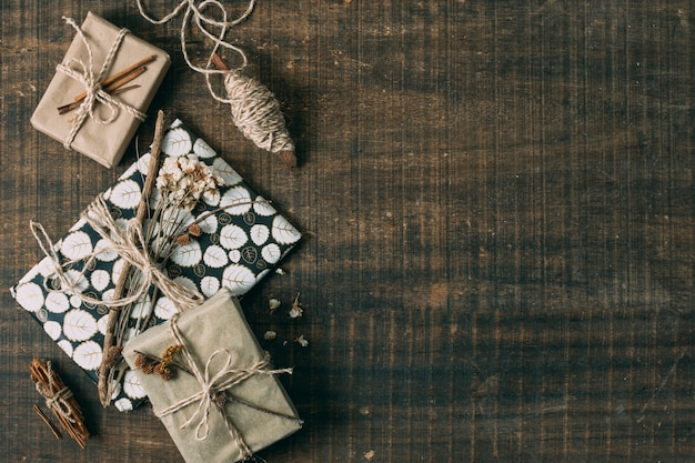 Marco plano laico con regalos y espacio de copia