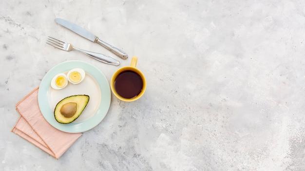 Marco plano laico con sabroso desayuno y espacio de copia