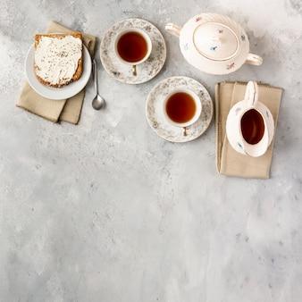 Marco plano laico con tazas de té y espacio de copia