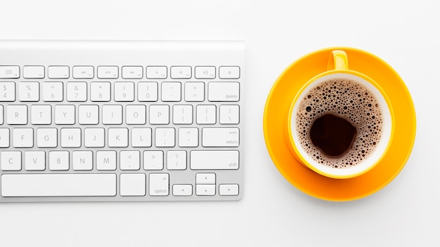 Marco plano laico con teclado y café
