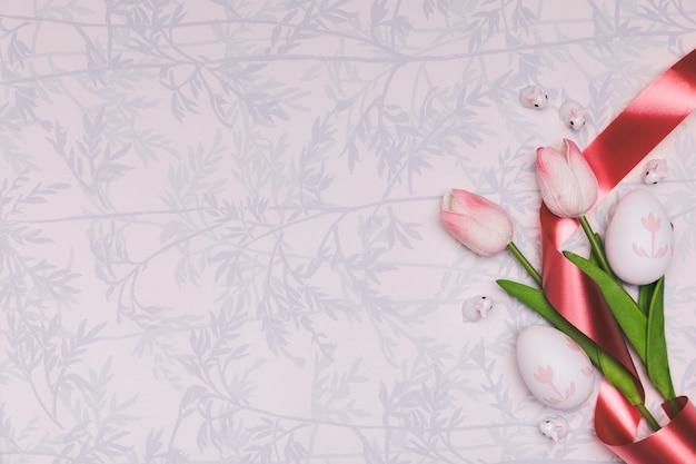Marco plano laico con tulipanes y espacio de copia
