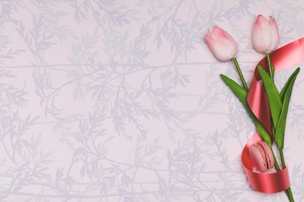 Marco plano laico con tulipanes y macarons