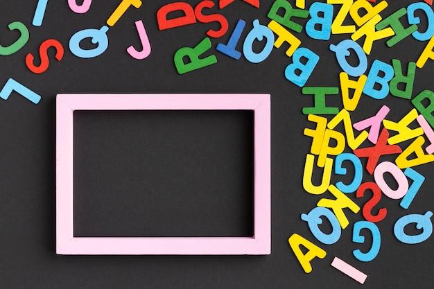 Marco plano con letras coloridas