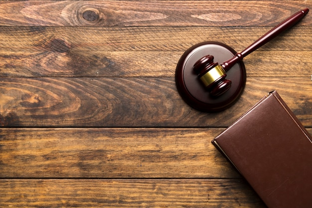 Marco plano con libro y mazo de juez.