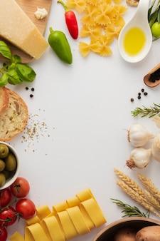 Marco plano de pasta e ingredientes crudos