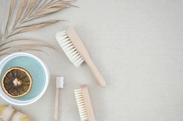 Marco plano con productos de baño y cepillos.