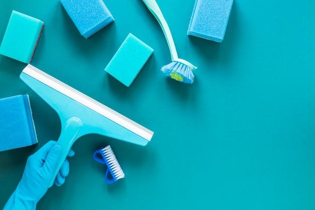 Marco plano con productos de limpieza azules.