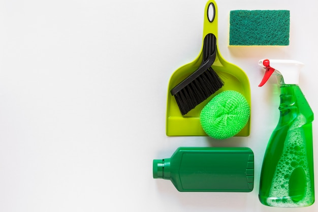 Marco plano con productos de limpieza y espacio de copia