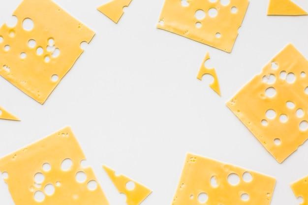 Marco plano de rodajas de queso emmental