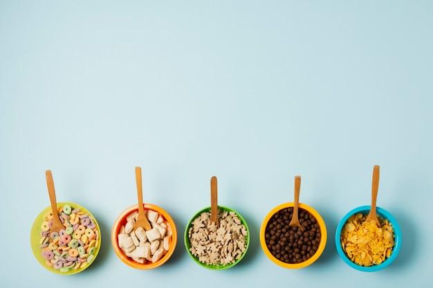 Marco plano con tazón de cereal y cucharas