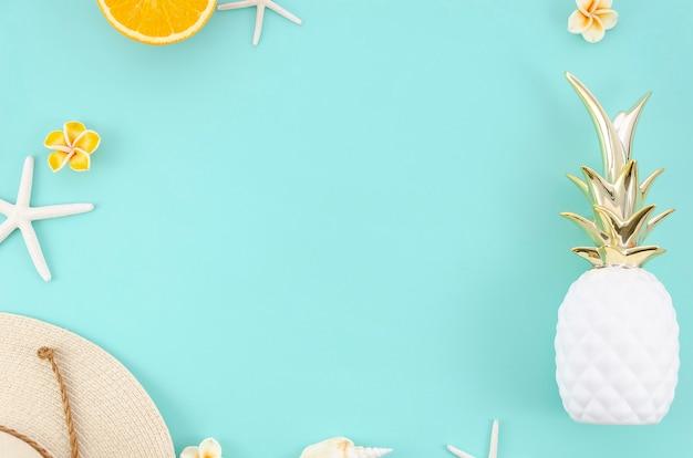 Marco plano de verano con naranjas, sombrero y piña. vista superior