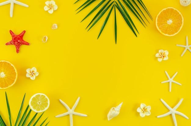 Marco plano de verano con palmeras, estrellas de mar y naranja.