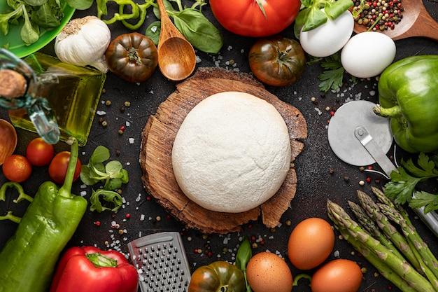 Marco plano de verduras y masa para pizza