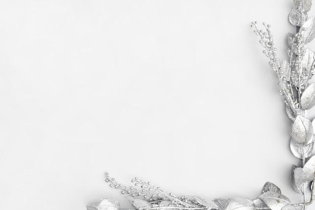 Marco de plata floral con espacio de copia.