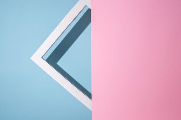 El marco de presentación cuadrado del podio se asoma desde un fondo de cartón rosa se asoma