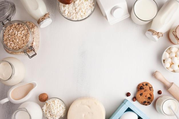 Marco de productos lácteos sobre superficie blanca.