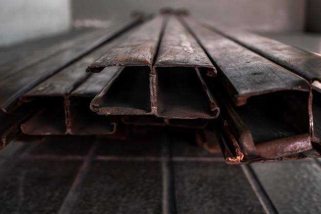 Marco de puerta de metal oxidado en el foco superficial del piso.