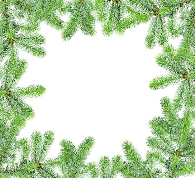 Marco de ramas de árboles de navidad aislado sobre un fondo blanco con un espacio de copia