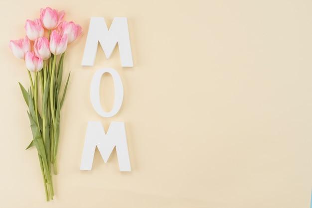 Marco con ramo de tulipanes y título mamá.