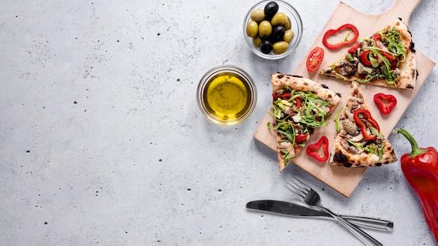 Marco de rebanadas de pizza con espacio de copia