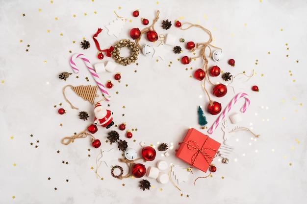 Marco redondeado de elementos decorativos navideños.