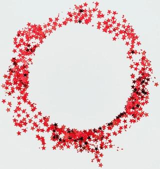 Marco redondo de confeti de estrellas rojas