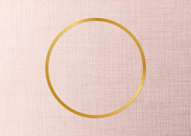 Marco redondo dorado sobre un fondo de tela melocotón