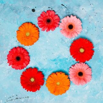 Marco redondo de flores gerbera en mesa