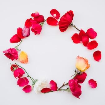 Marco redondo hecho de flores