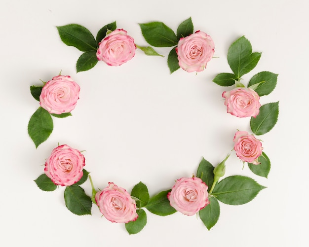 Marco redondo con rosas y hojas.