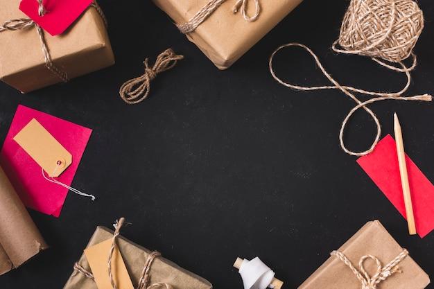 Marco de regalo con cuerda y lapiz