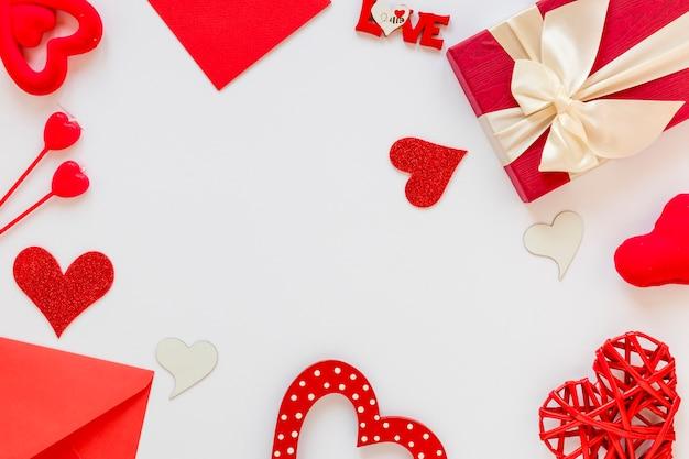 Marco de regalo y sobre para san valentín