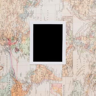 Marco retro de la foto en el mapa del mundo