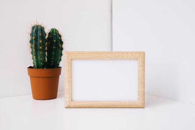 Marco en rincón al lado de cactus