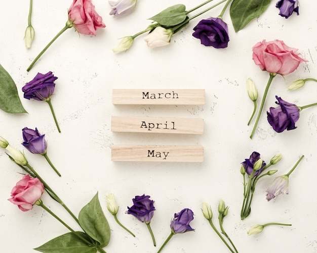 Marco de rosas con meses de primavera