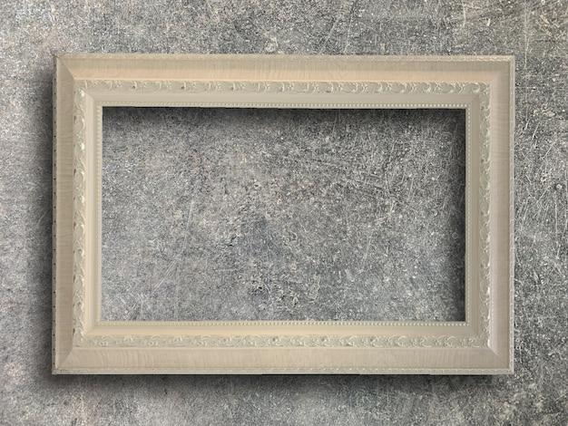 Marco rústico en pared de cemento.