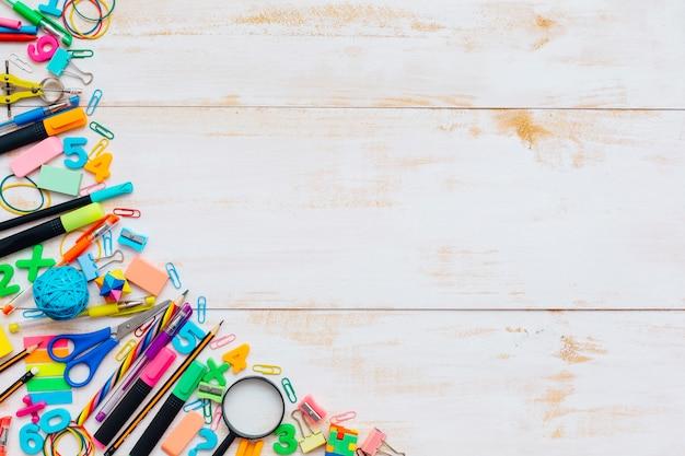 Marco de suministros escolares o de oficina en mesa de madera rústica